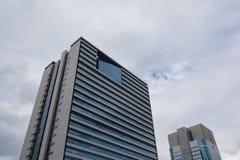 Современная картина высоких здания подъема и предпосылки неба Стоковые Изображения