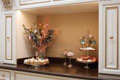 Современная классическая кухня, шведский стол с помадками для чая или кофе Стоковая Фотография