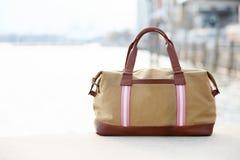 Современная кожаная сумка людей с целью ahrbour Стоковые Фотографии RF