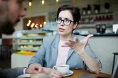 Современная коммерсантка на встрече работы в кафе Стоковые Изображения RF