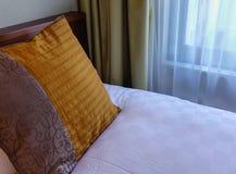 Современная комната кровати на роскошной гостинице Западн-стиля Стоковое Изображение RF