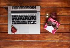 Современная компьтер-книжка на деревянном столе Стоковая Фотография