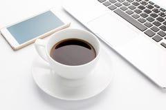 Современная компьтер-книжка с мобильным телефоном и чашкой кофе Стоковое Фото