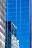 Современная концепция архитектуры, отражения небоскреба в высоком здании подъема Стоковые Изображения