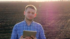 Современная концепция сельского хозяйства, передовая технология в земледелии Рост фермера контролируя заводов Мужской фермер с видеоматериал