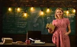 Современная концепция школы современная школа с женщиной в ретро платье Современное образование в школе стоковая фотография