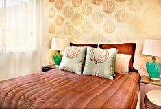 Современная коричневая кровать цвета с крупным планом подушек в роскошном отеле или доме стоковые изображения