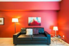 Современная красная живущая комната Стоковые Изображения RF