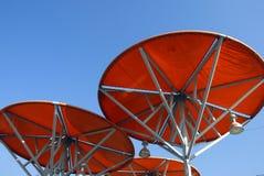 Современная красная сень с рамками металла в парке для prote солнца Стоковое Фото