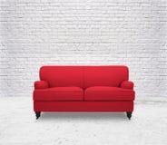 Современная красная софа в белой комнате Стоковое фото RF