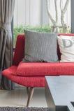 Современная красная софа с подушками в живущей комнате Стоковое Изображение