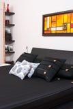 Современная кровать в комнате Стоковая Фотография