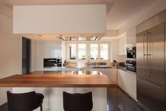 Современная кухня в роскошной квартире стоковая фотография rf
