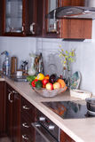Современная кухня в светлой квартире Стоковые Изображения RF
