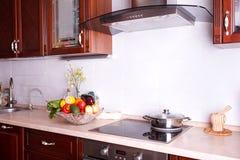 Современная кухня в светлой квартире Стоковые Фото
