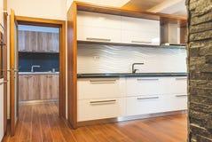 Современная кухня интерьера дома Стоковое Изображение RF