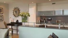 Современная кухня квартиры города сток-видео