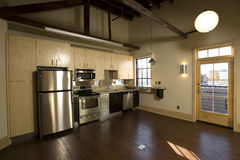 Современная кухня просторной квартиры Стоковое Изображение