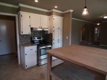 Современная кухня с белыми шкафами Стоковое Изображение