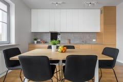 Современная кухня с деревянным столом стоковая фотография rf