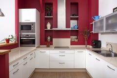 Современная кухня с красными стенами Стоковое Изображение RF