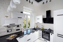 Современная кухня с светлым фасадом дуба Стоковая Фотография RF