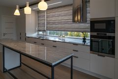 Современная кухня с современной мебелью стоковое фото rf