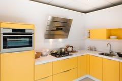 Современная кухня с стальными печью и клобуком Стоковые Изображения RF