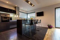 Современная кухня с стальными элементами стоковое изображение rf