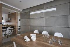 Современная кухня с стенами beton серыми и коричневыми Стоковое Изображение