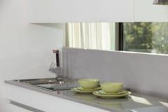 Современная кухня с стильной мебелью Стоковые Изображения