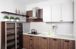 Современная кухня с стильной мебелью Стоковые Фото