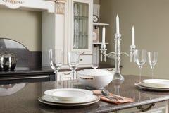 Современная кухня с стильной мебелью Стоковое Изображение RF