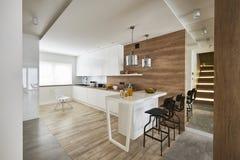 Современная кухня с miror и белыми коричневыми стенами Стоковые Фотографии RF
