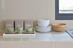 Современная кладовка с белой утварью в кухне стоковая фотография