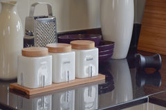 Современная кладовка с белой утварью в кухне стоковое изображение rf