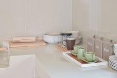 Современная кладовка с белой утварью в кухне стоковая фотография rf