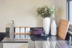 Современная кладовка с белой утварью в кухне стоковые изображения rf