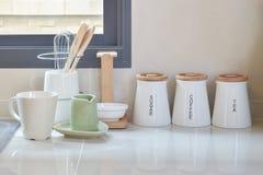 Современная кладовка с белой утварью в кухне стоковые фотографии rf
