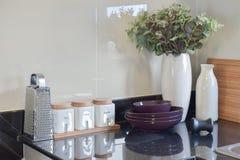 Современная кладовка с белой утварью в кухне стоковое фото rf