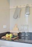 Современная кладовка с деревянными kitchenware и утварью в кухне стоковые изображения rf