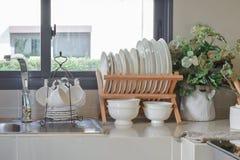 Современная кладовка с утварью в кухне стоковое изображение rf