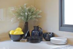 Современная кладовка с черно-белой утварью в кухне стоковые фотографии rf