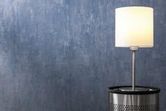 Современная лампа просторной квартиры с древесиной на предпосылке стены Стоковые Фото