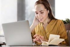 Современная молодая стильная усмехаясь девушка женщины говоря на видео- wi звонка Стоковая Фотография