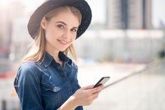 Современная молодая женщина используя технологии стоковая фотография rf