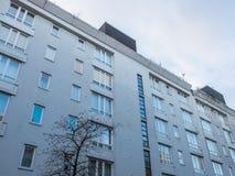Современная низкая квартира подъема с серым фасадом Стоковое Изображение RF