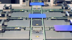 Современная новаторская концепция фабрики Распределение солнечных элементов на транспортере видеоматериал