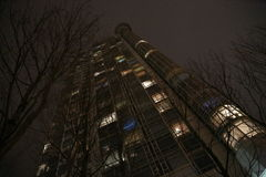 Современная ноча здания небоскреба Стоковая Фотография RF