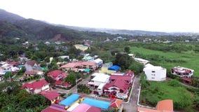 Современная община снабжения жилищем на ноге антенны трутня дождевого леса горы сток-видео